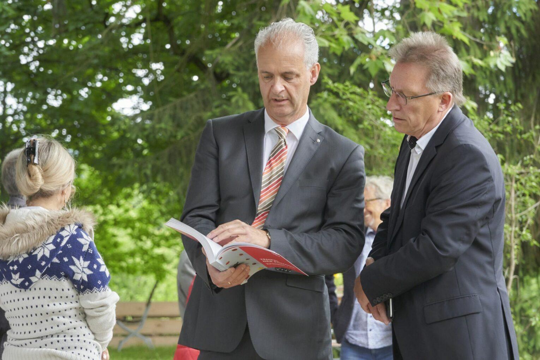 Der Vorsitzende des Kuratoriums Bad Homburger Schloss, Karl Josef Ernst, mit einem Mitstreiter.