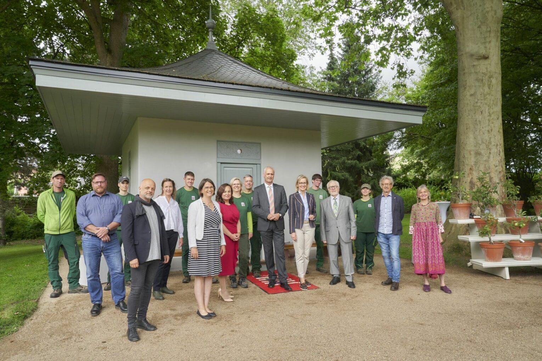 Gruppenbild aller Beteiligten: Es gab viele Planer:innen, Ausführer:innen und Spender:innen für das Museumsprojekt.