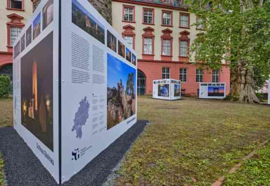 Schloss Erbach hat ein neues Highlight: eine Tafelausstellung mit Fotografien von Michael Leukel. © Staatliche Schlösser und Gärten Hessen, Foto: Michael Leukel