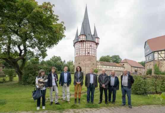 Gruppenbild vor dem frisch sanierten Junker-Hansen-Turm