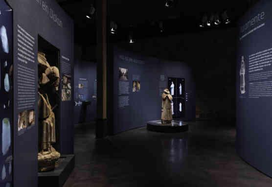 """Blick in die Ausstellung mit dem kopflosen""""Atzmann"""" als zentraler Skulptur."""