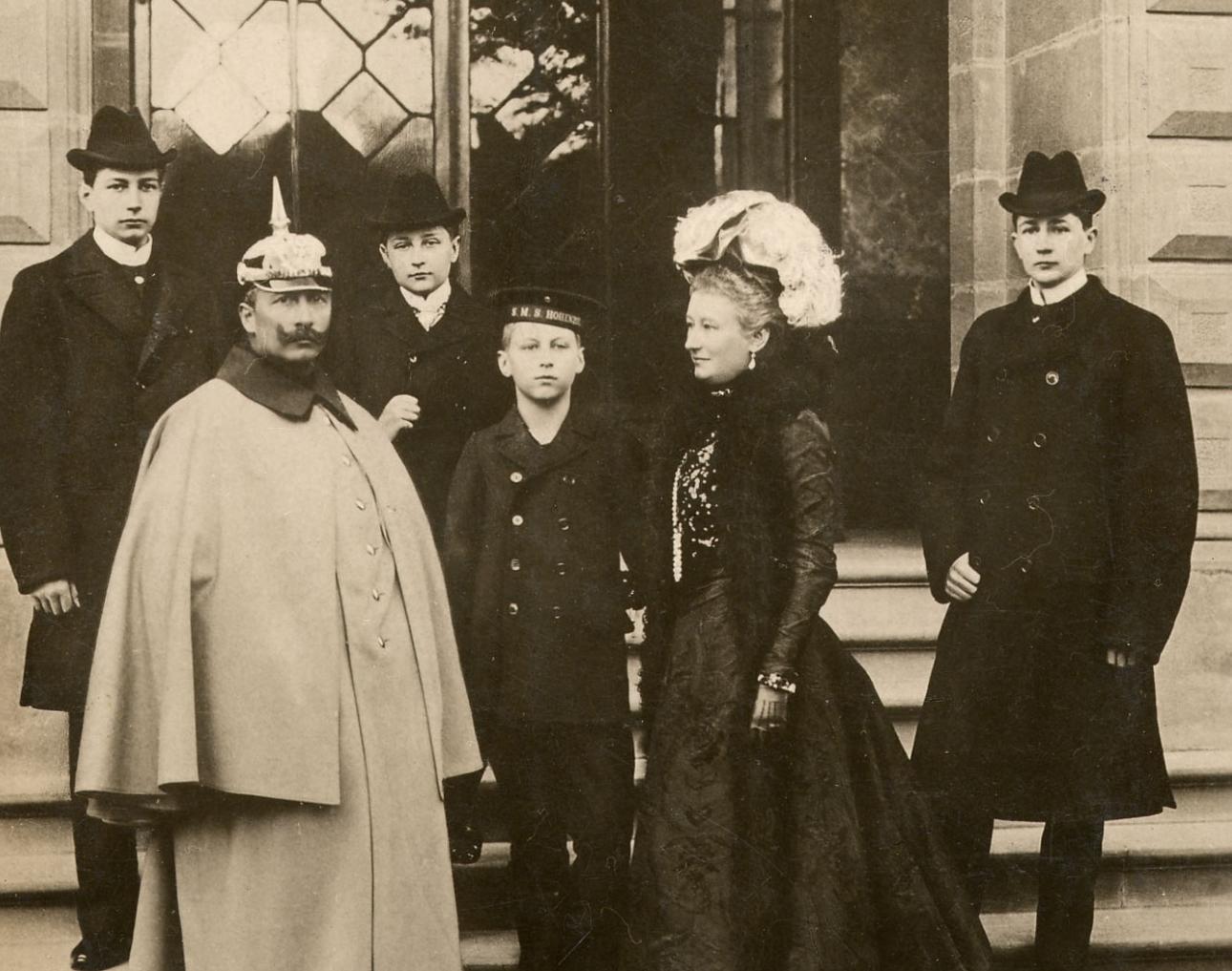 Gruppenbild der kaiserlichen Familie vor dem Homburger Schloss